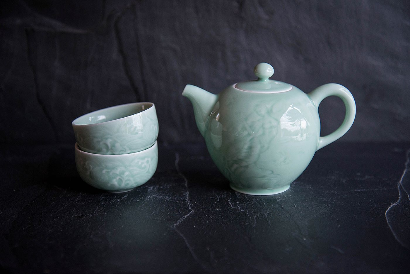 Hashi Turquoise Porcelain Teapot and 2 Bowls in a Wooden Gift Box
